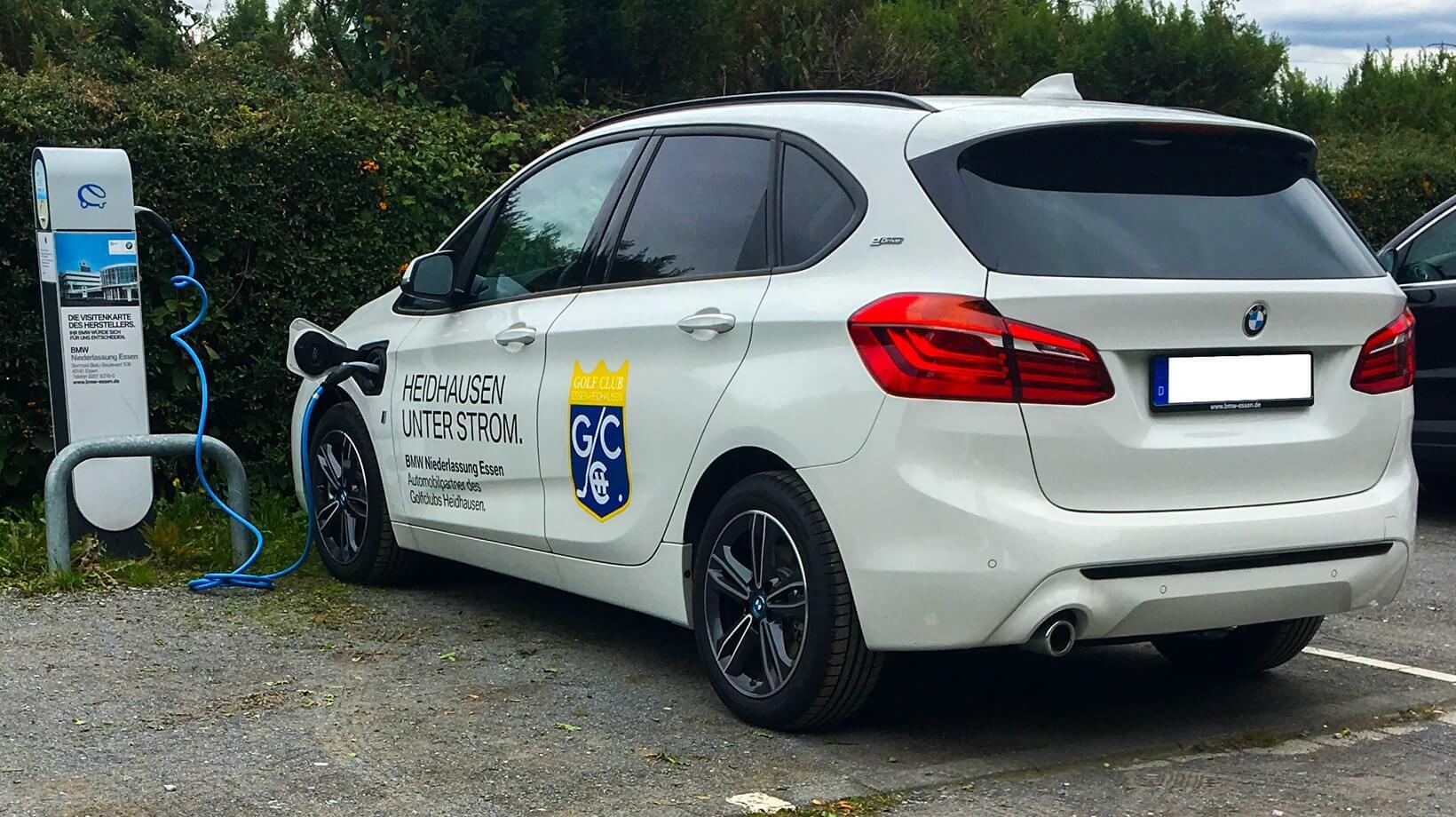 Elektro-Tankstelle und kostenloser Hybrid BMW für Mitglieder.