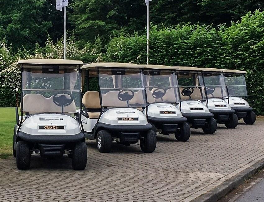 Ausreichend Carts für die schnelle, bequeme und entspannte Golfrunde.