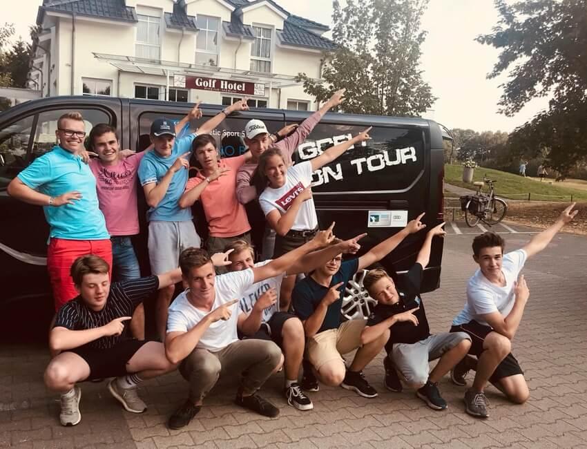 Jugendförderung beim Golfen – Jugendliche stehen vor dem Tourbus.