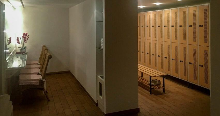 Komfortable Sanitäreinrichtungen kostenfrei. Persönliche Spinde für nur € 25,00 Jahresmiete.